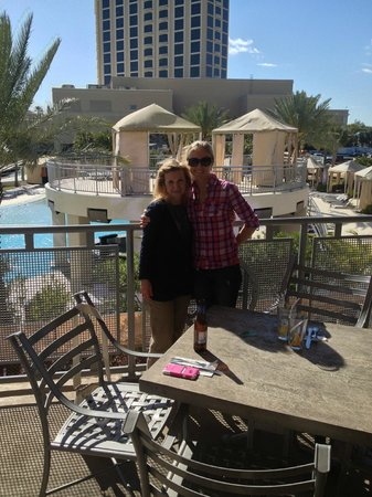 Hard Rock Cafe: Eat on the deck by the pool