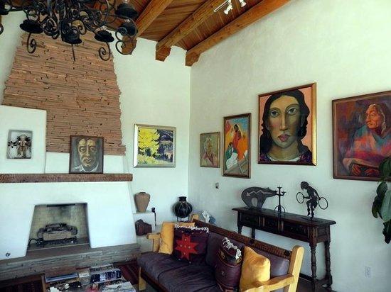 Casa Benavides Historic Inn : Great Room Art
