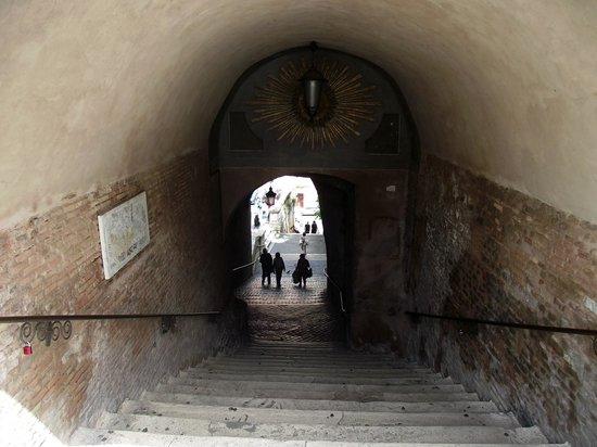Saint-Pierre-aux-Liens (San Pietro in Vincoli) : Escadaria vista da Via delle sette sale