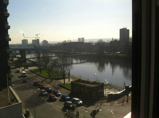 Jurys Inn Glasgow: View of River Clyde from our room on the fifth floor