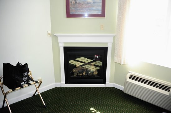 Fireside Inn & Suites: Fireplace.