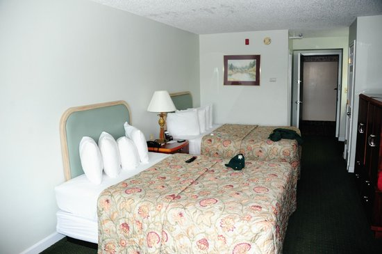 Fireside Inn & Suites: Beds.