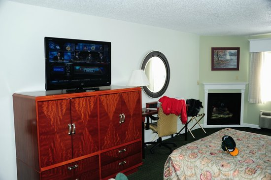 Fireside Inn & Suites: TV and computer area.