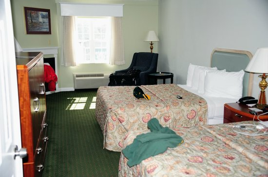 Fireside Inn & Suites : Room.