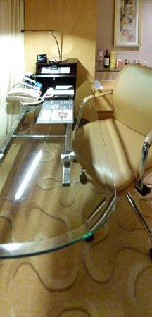Le Royal Meridien Shanghai: desk in exec room