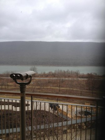 Nature Inn at Bald Eagle: High powered binoculars located outside of lobby.  Directly across the lake from the Eagle's nes