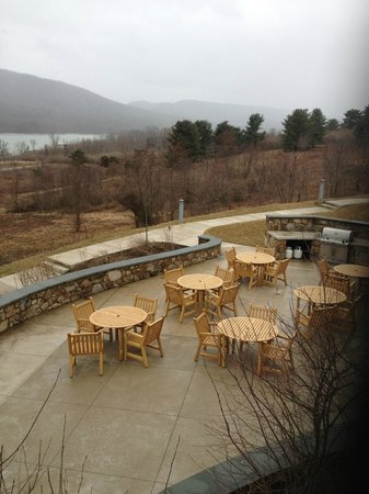 Nature Inn at Bald Eagle: Grilling Patio.