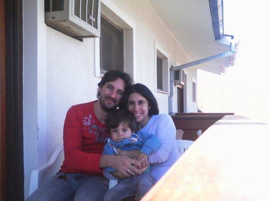 La familia en el balcon de la habitación
