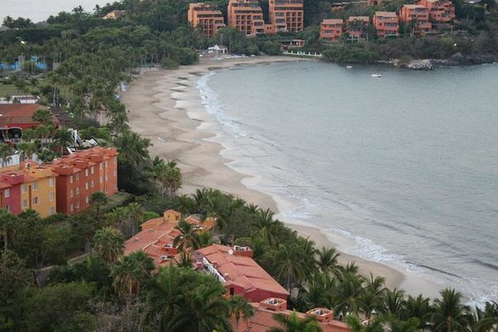 Azul Ixtapa Grand Spa & Convention Center: View of Playa Quieta to the left of the Grand