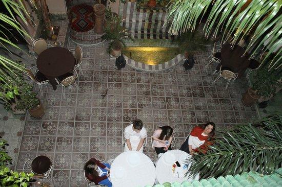 Riad L'Arabesque: Central open air courtyard