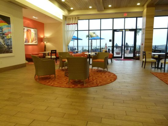 Hampton Inn & Suites Orange Beach: sitting area with doors out to patio/beach