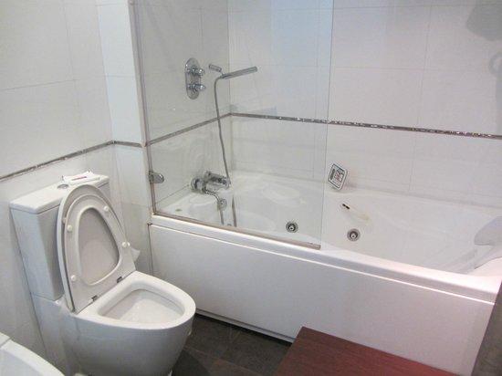 Petit Palace Santa Cruz: banheira de hidromassagem