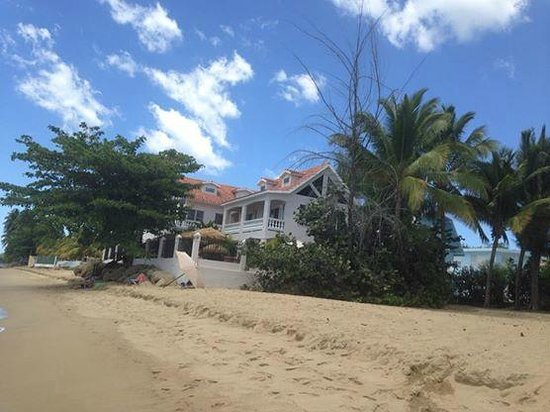 Tres Sirenas Beach Inn: Tres Sirenas from the beach