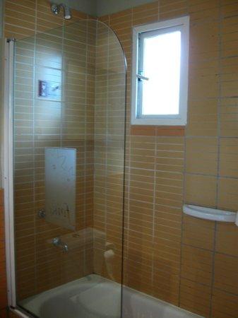 Hosteria Foike: Baño de la habitación de PB
