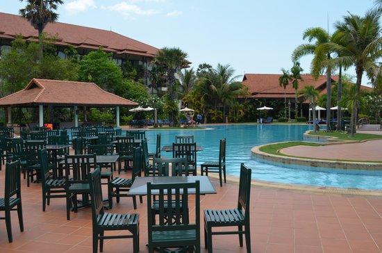 Angkor Palace Resort & Spa: Pool area