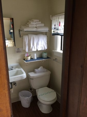 Windermere on the Beach: Clean bathroom.