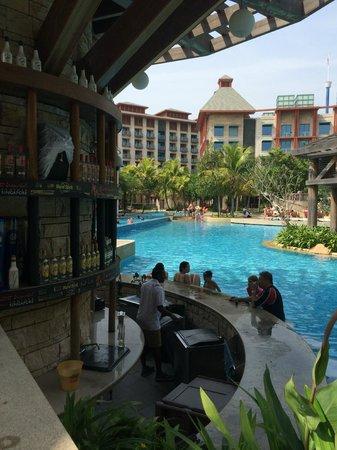 Hard Rock Hotel Singapore: Pool Bar Area