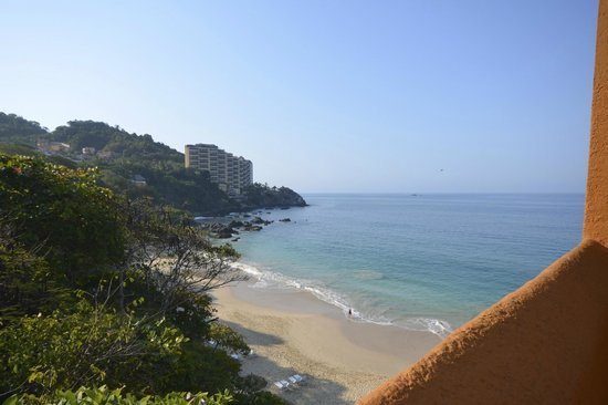 Las Brisas Ixtapa: view of the beach from the elevator