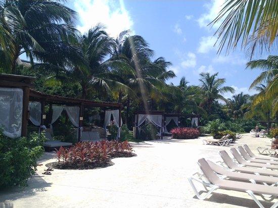Valentin Imperial Maya : cabanas at the pool