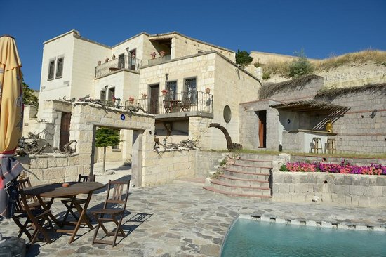 Cappa Villa Cave Hotel: The whole hotel/pool overlooks a very nice valley...In the mornings, you can see the balloon rai