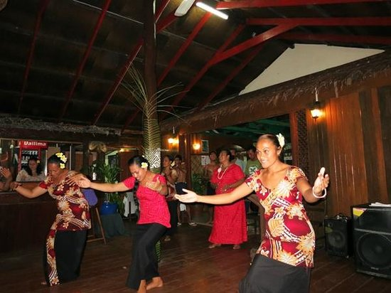 Va-i-Moana Seaside Lodge: Staff entertaining us