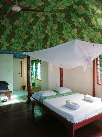 Va-i-Moana Seaside Lodge: Nice breezy fale (bathroom through that back door)