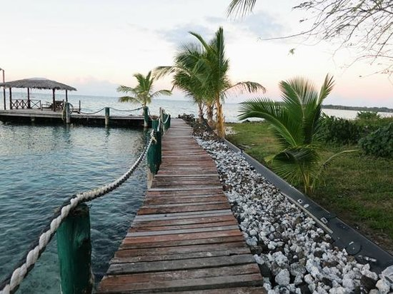Va-i-Moana Seaside Lodge: Jetty leading to a nice lazy hammock