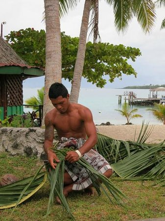 Va-i-Moana Seaside Lodge: Teaching us how to make coconut cream