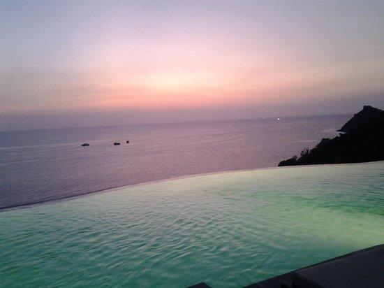 Aminjirah Resort: sunset at the infinity bar