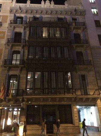 Catalonia Plaza Cataluna : Frente do hotel