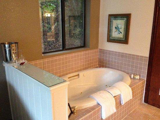 The Wharf Master's Inn : spa tub in room 115