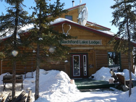 Blachford Lake Lodge: Lodge front porch