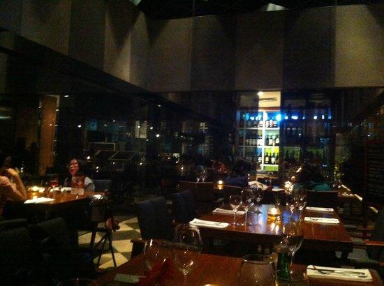 Cork & Screw Pacific Place: Часть зала и одно из винных хранилищ