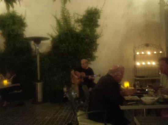 Catalan Mediterranean Restaurant: Guitarist in patio