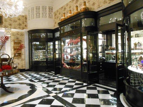 The Savoy : ホテルのオリジナルグッズを売っているコーナー