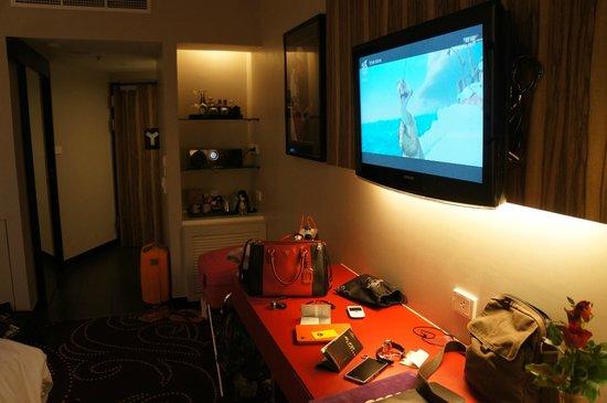 Hard Rock Hotel Pattaya: tv and minibar area