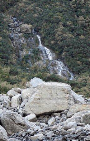 Fox Glacier Hiking Trails : Fox Glacier Waterfall