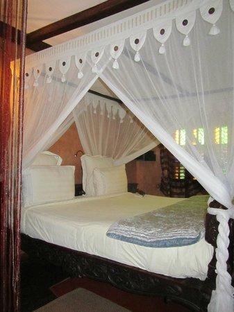 Jafferji House & Spa : Large bed, lack of lighting