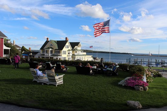 Island House Hotel: Front lawn
