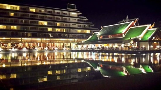 Le Meridien Phuket Beach Resort : View of the Hotel at night.
