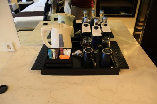 Aston Kuta Hotel & Residence: 水用玻璃瓶而不是一般寶特瓶