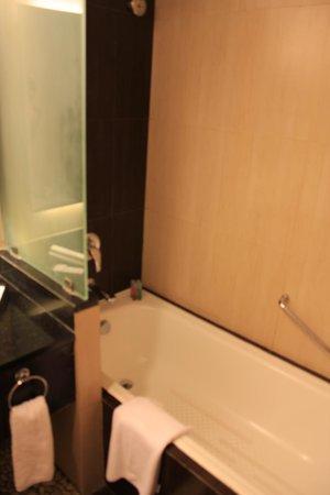 Aston Kuta Hotel & Residence : 浴室有浴缸