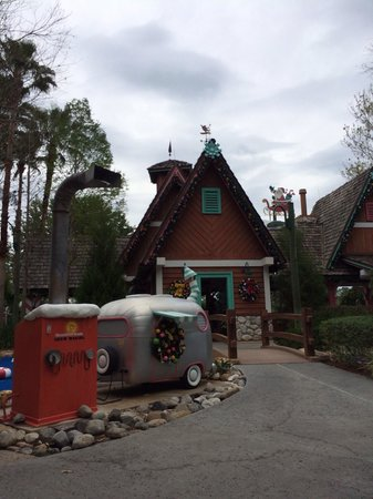 Disney's Winter Summerland Miniature Golf Course: Before the start of the course