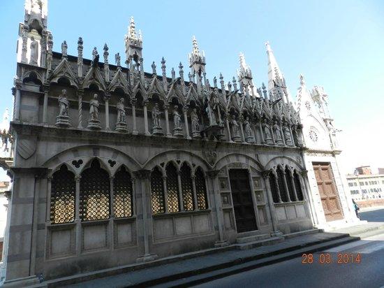 Chiesa di Santa Maria della Spina : fiancata con ingresso principale