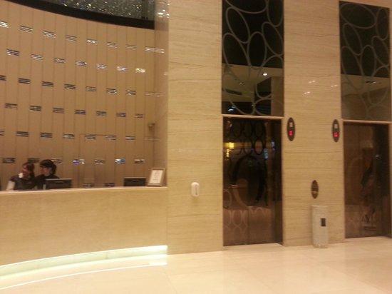 Dorsett Mongkok Hong Kong: Hote Lobby with 3 guest lifts