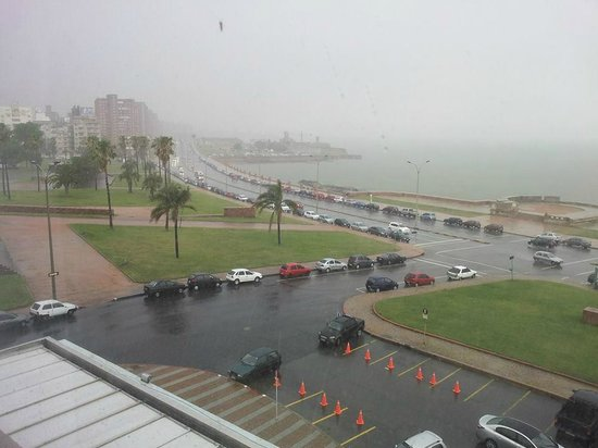 NH Montevideo Columbia: Vista com chuva