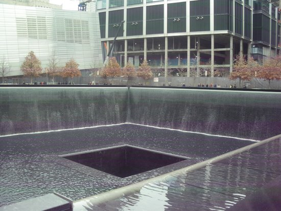 National September 11 Memorial und Museum: One of the Pools