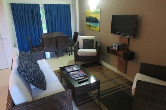 Reef Resort Port Douglas by Rydges: 3-Bedroom Deluxe Villa - Dining and Living Room