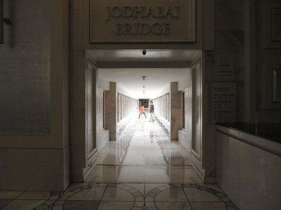 ITC Mughal, Agra: ロビーから客室への渡り廊下