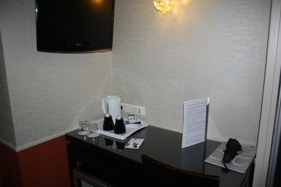 The Lodge du Centre Hotel : bouilloir et café a disposition